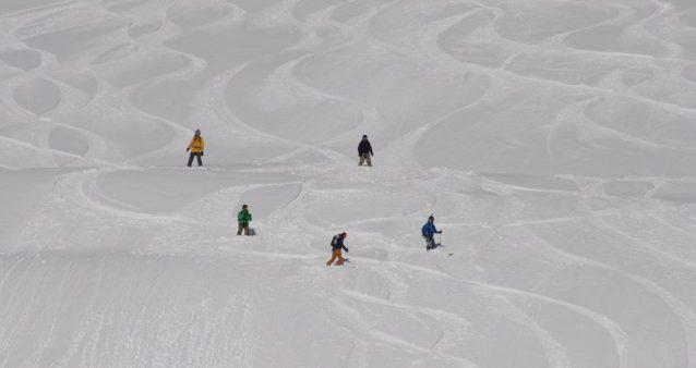 en snowboard hors pistes à chamonix avec un guide de haute montagne
