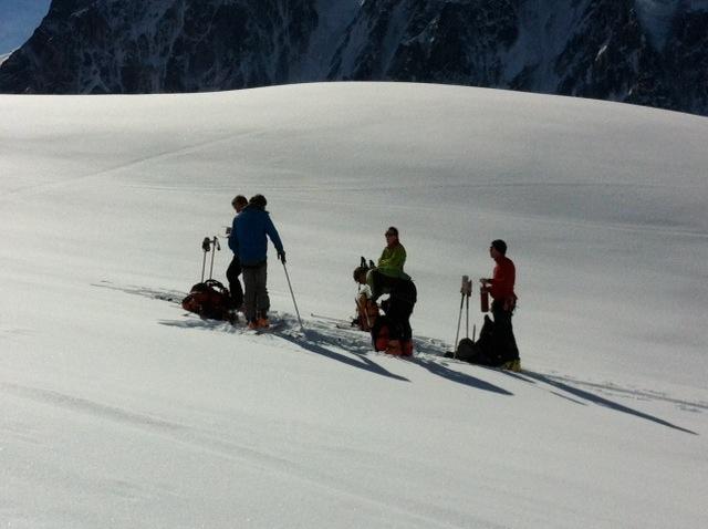 skieur de randonné faisant une pose durant la montée au Col du Passon