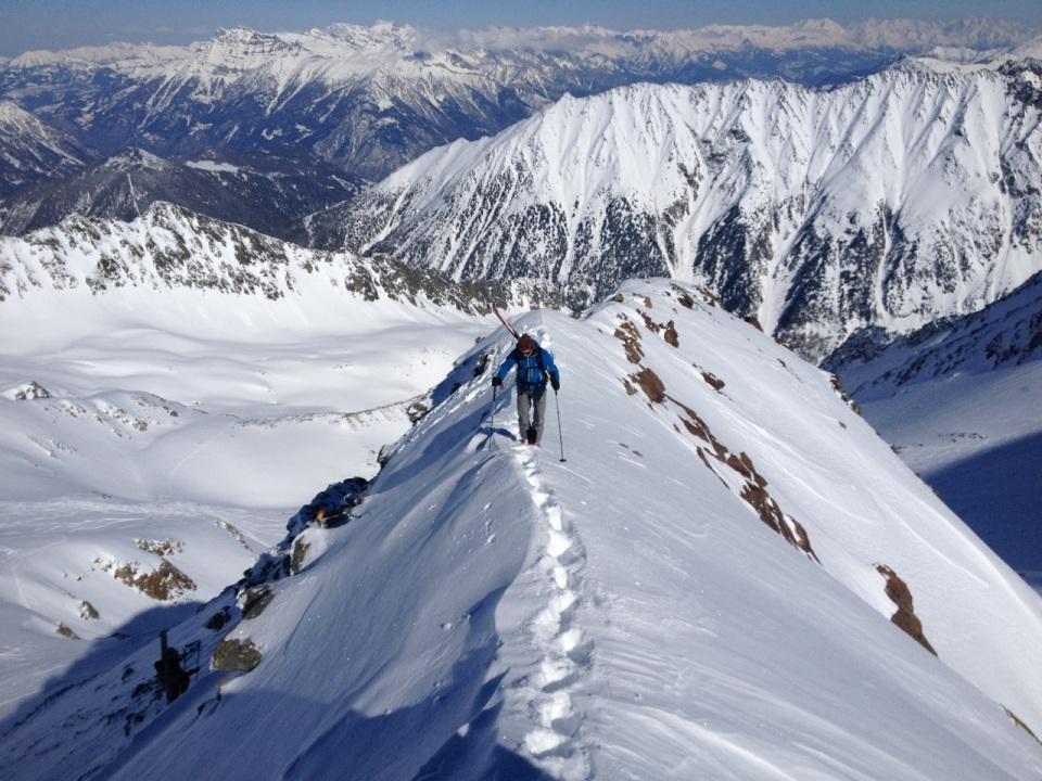 En arrivant sur la Pointe de Bron, mathieu en ski moi en split