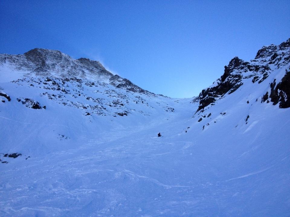 Une assez long1200 m de montée est nécessaire depuis le haut du télécabine de bellevue pour rejoindre le couloir Trappier. 45° max, ambiance magnifique.