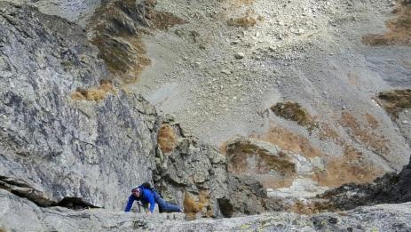 une voie bien typée montagne avec une succession de dièdres et Fissures.
