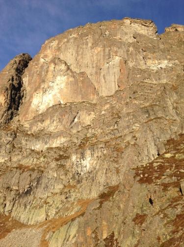 La face sud est de la pointe vouilloz (chaine des perrons) offre quelques belles voies d'escalade plutôt dans le 6eme degré