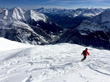 En snowboard sur le glacier de toute
