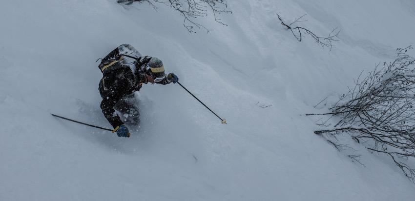 Ski hors pistes aux grands montés à chamonix dans les couloirs sous lognan