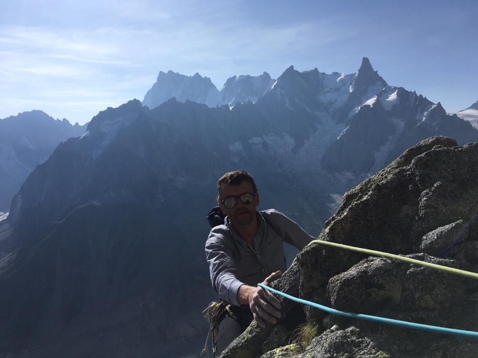Longue voie en Granit au dessus de l'envers des Aiguilles de Chamonix