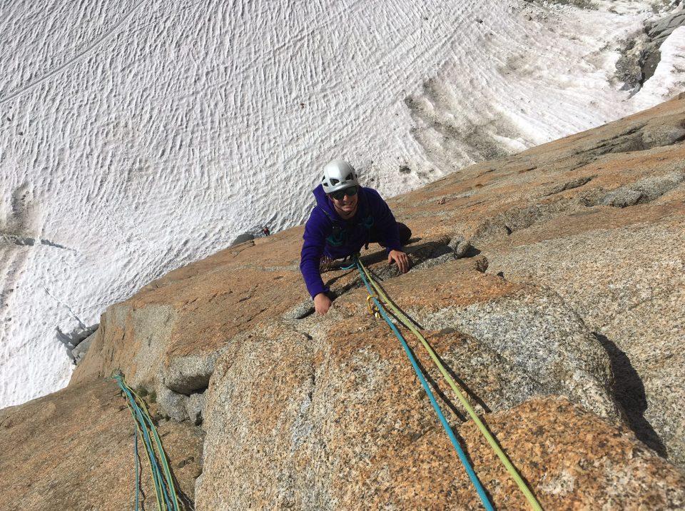 escalade de la voie contamine sur le granit de chamonix avec un guide de haute montagne