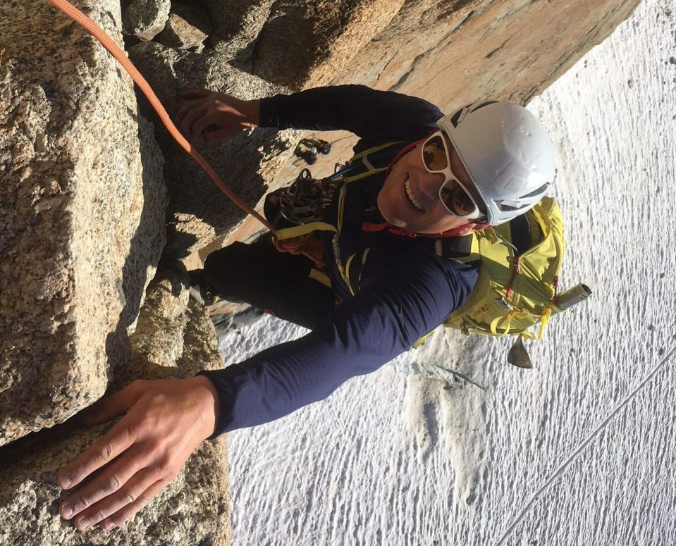 escalade en fissure sur le granit de chamonix avec un guide de haute montagne