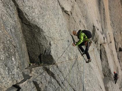 escalade en grani à Chamonix avec un guide de haute montagne romainguide.com