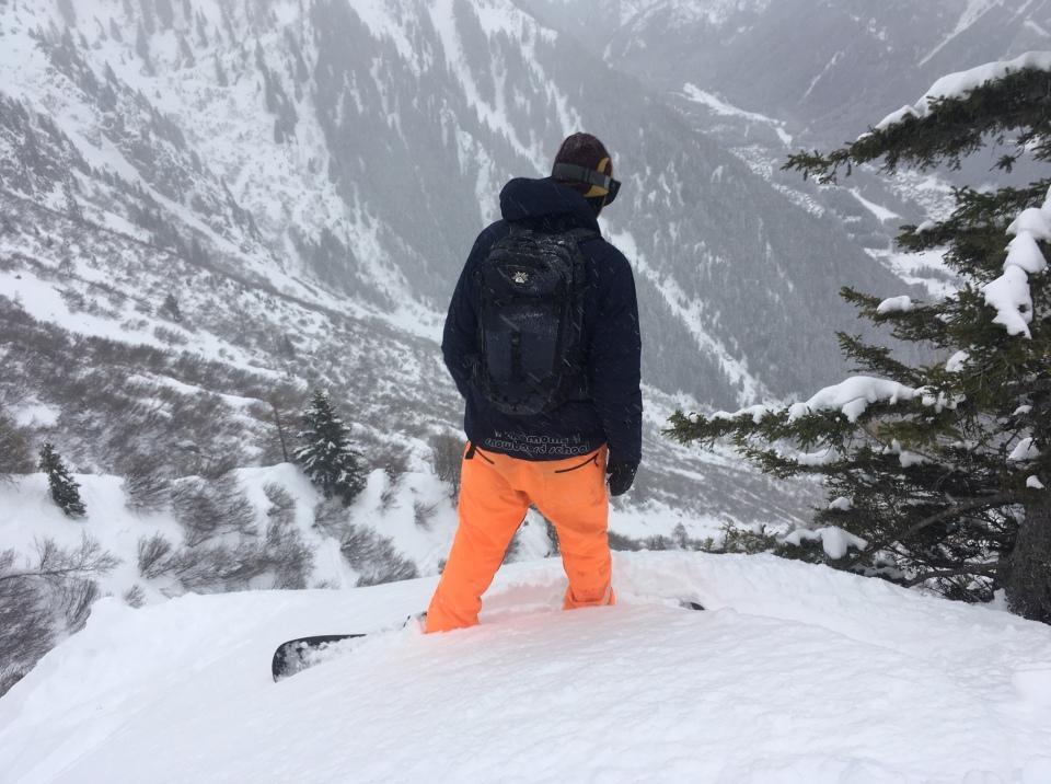 en snowboard hors pistes sur les pentes du Brévent à Chamonix mont Blanc valley