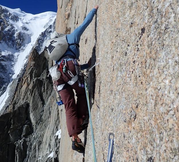 en grimpant en granit à chamonix sur la pointe lachenal
